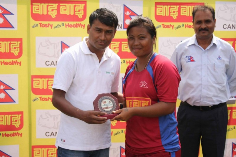 Nary Thapa of R-5 (Nepalgunj) receiving Player of the Match award from the guest Photo: CAN